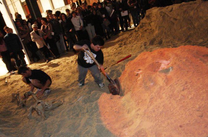 7 Bienal de Artes Visuais do Mercosul  Performance Mascate, Marujo, o retorno, na foz da língua da serpente, do artista Cabelo, Mostra Absurdo, no armazém A3 do cais do porto Data: 17/10/2009  Local: Porto Alegre, Brasil Foto: Cristiano Sant´Anna/indicefoto.com